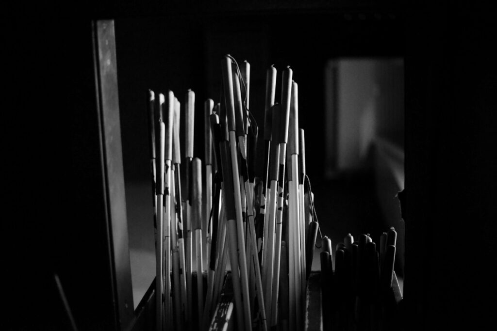 Langstöcke im Eingangsbereich der Ausstellung
